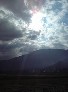 南魚沼市の風景 ~ 田んぼの上の雲の隙間から青空と明るい日差しが見えました