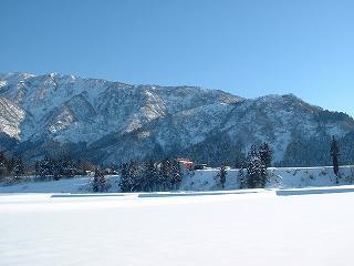 魚沼の冬景色 ~ 魚沼産コシヒカリの田んぼと快晴の空